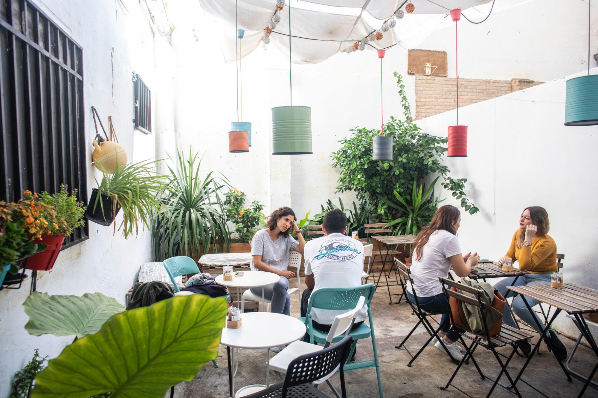 La terraza-patio del local le aporta aún más personalidad a esta cafetería.