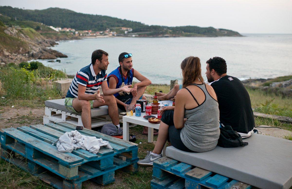 Chiringo do Fonforrón (Playa de Fonforrón): clientes sentados en una mesa en la terraza