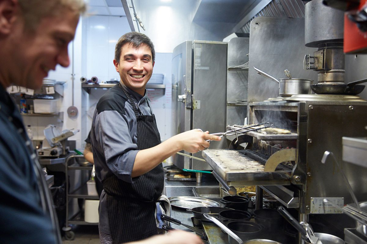En la cocina, alegría a pesar del trabajo.