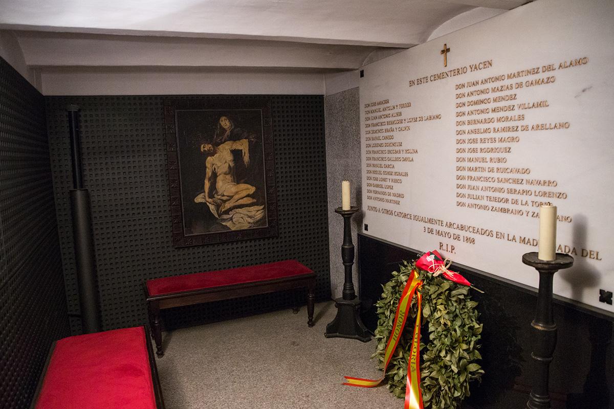 Interior de la cripta con el mausoleo donde están los nombres de los 29 identificados de los 43 fusilados en el levantamiento del 2 de mayo, en el cementerio de La Florida, Madrid.