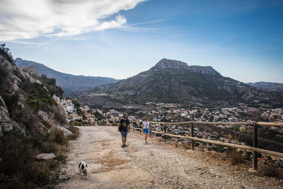 Subiendo hacia el mirador del Morro Toix, en Calpe, Alicante.