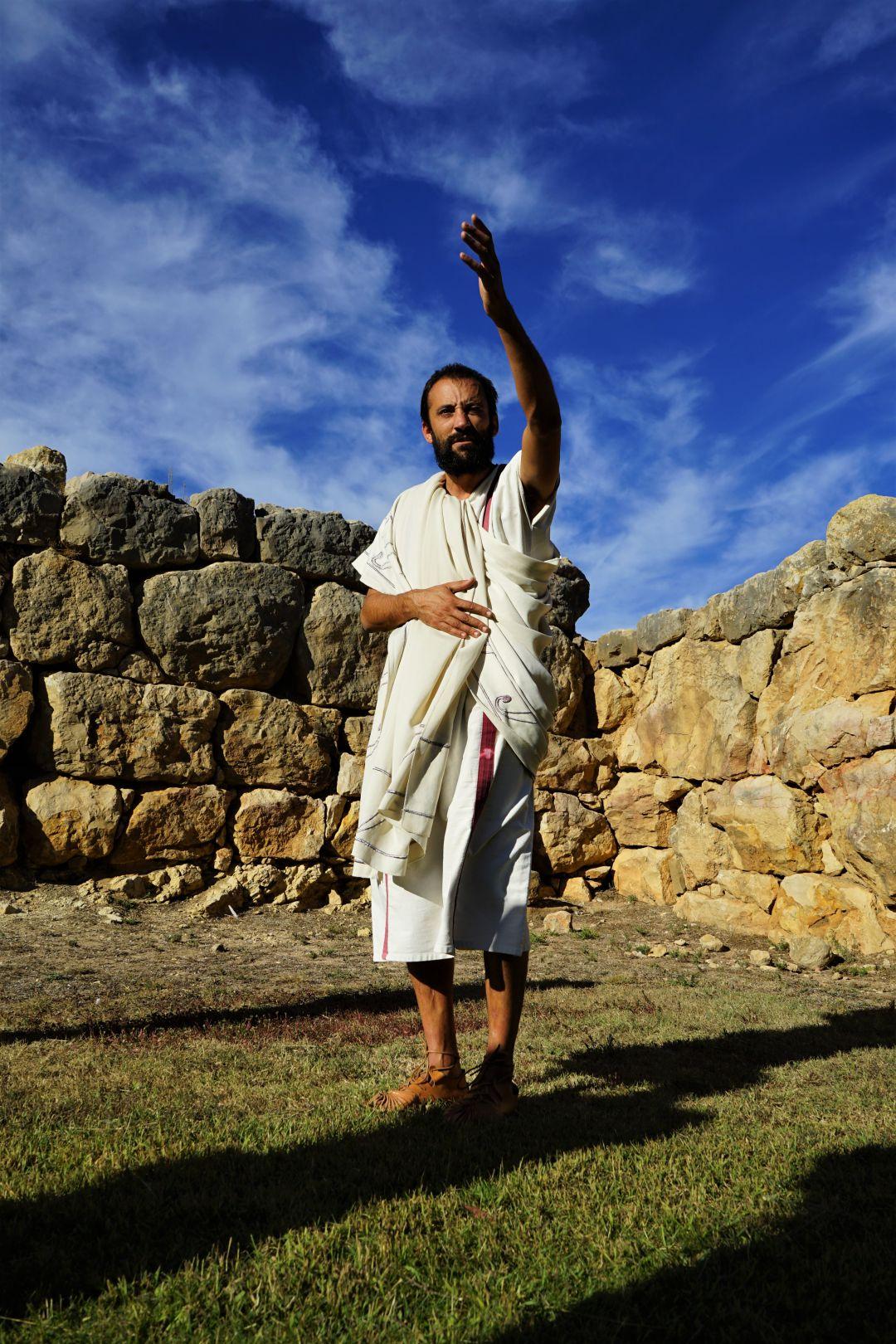"""Un guía grecolatino nos recibe a las puertas del yacimiento al grito de """"¡Salve!"""""""