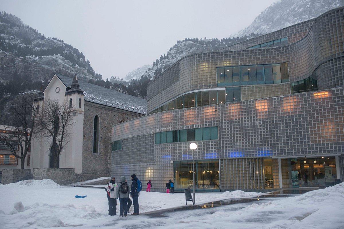 Recubierto de vidrio y con muros curvilíneos, el balneario está diseñado por Belén Moneo y Jeff Brock.