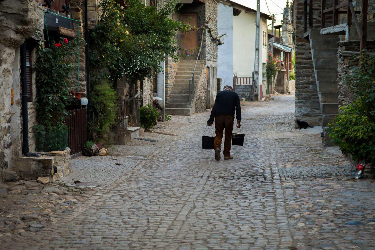 Un paisano por las calles de Rio de Onor, parte portuguesa. Foto: Manuel Ruiz Toribio