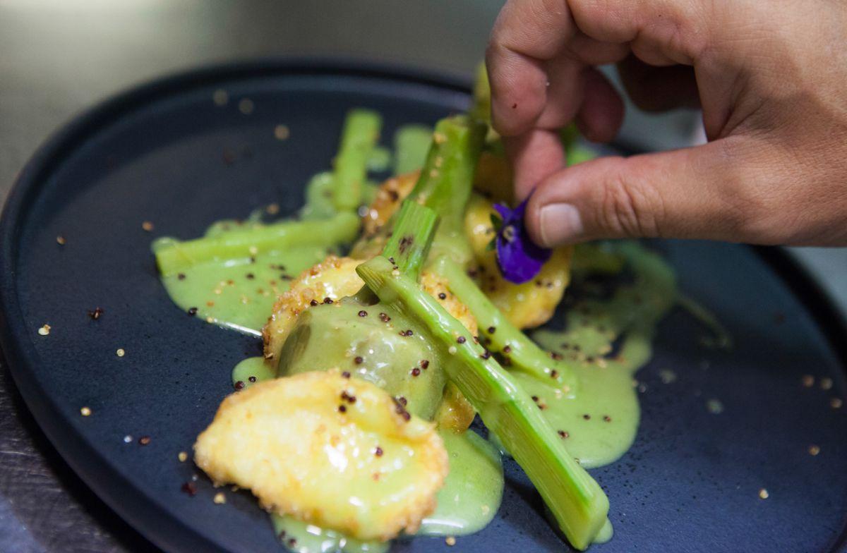 alcachofas con patatas a la importancia, salsa de verduras y quinoas del restaurante Treintaitrés.