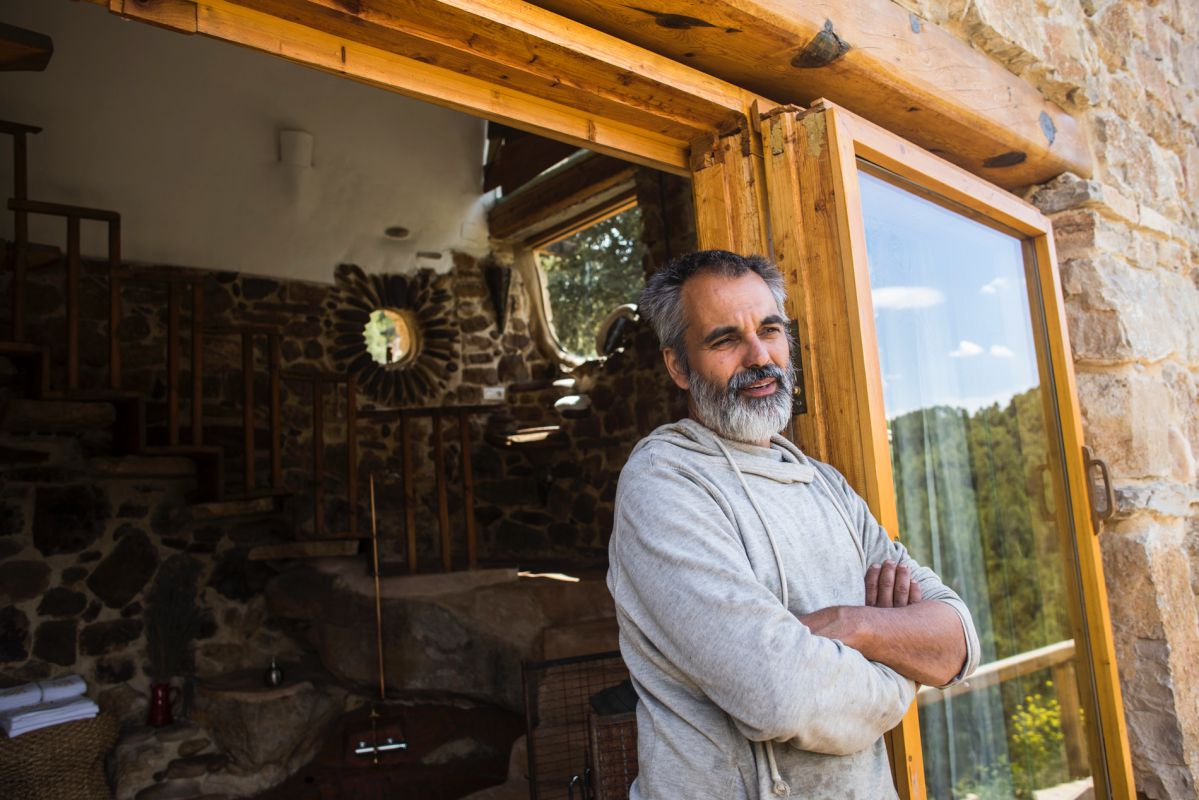 Alberto Ruiz, propietario y constructor de la casa rural Hotel de la Carrasca, en el valle de Peñagolosa, en Castellón.