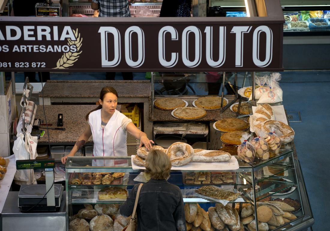 Frenética actividad en la panadería 'Do Couto'.