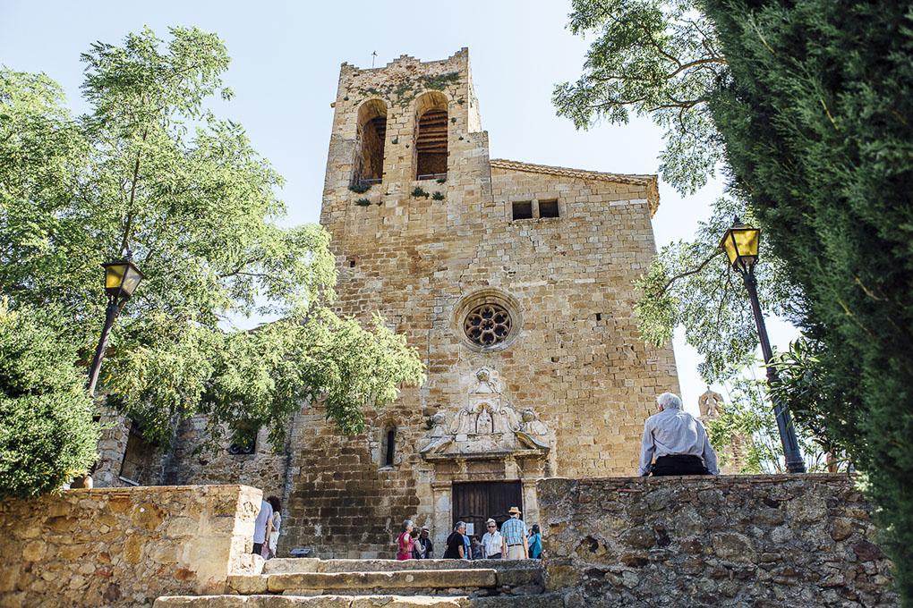El frontal de la iglesia de San Pedro, reconstruido con piedras del antiguo castillo.