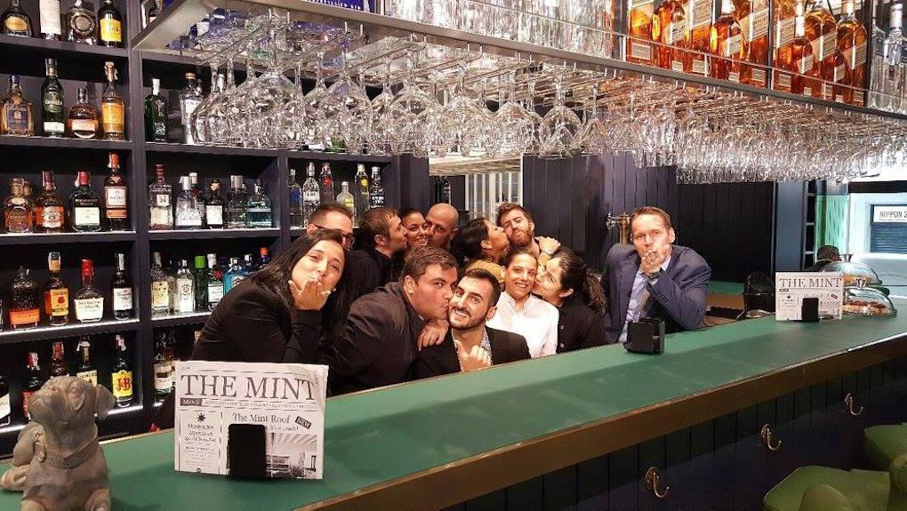 El equipo de Vincci The Mint celebrando el Día Internacional del Beso, Madrid. Foto: Vincci Hoteles.