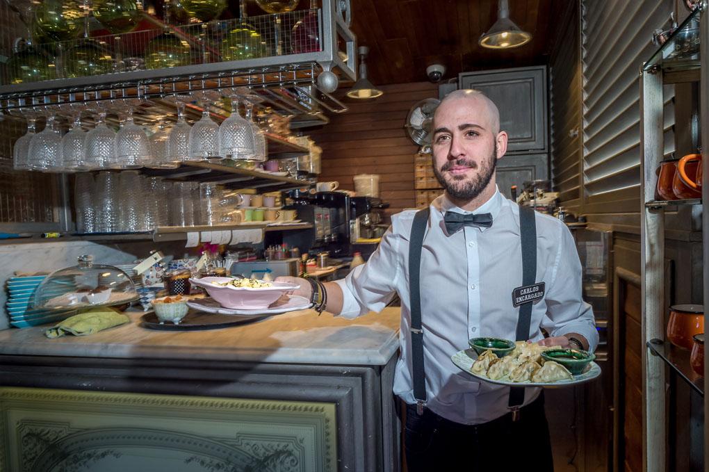 El encargado con platos listos para ser servidos
