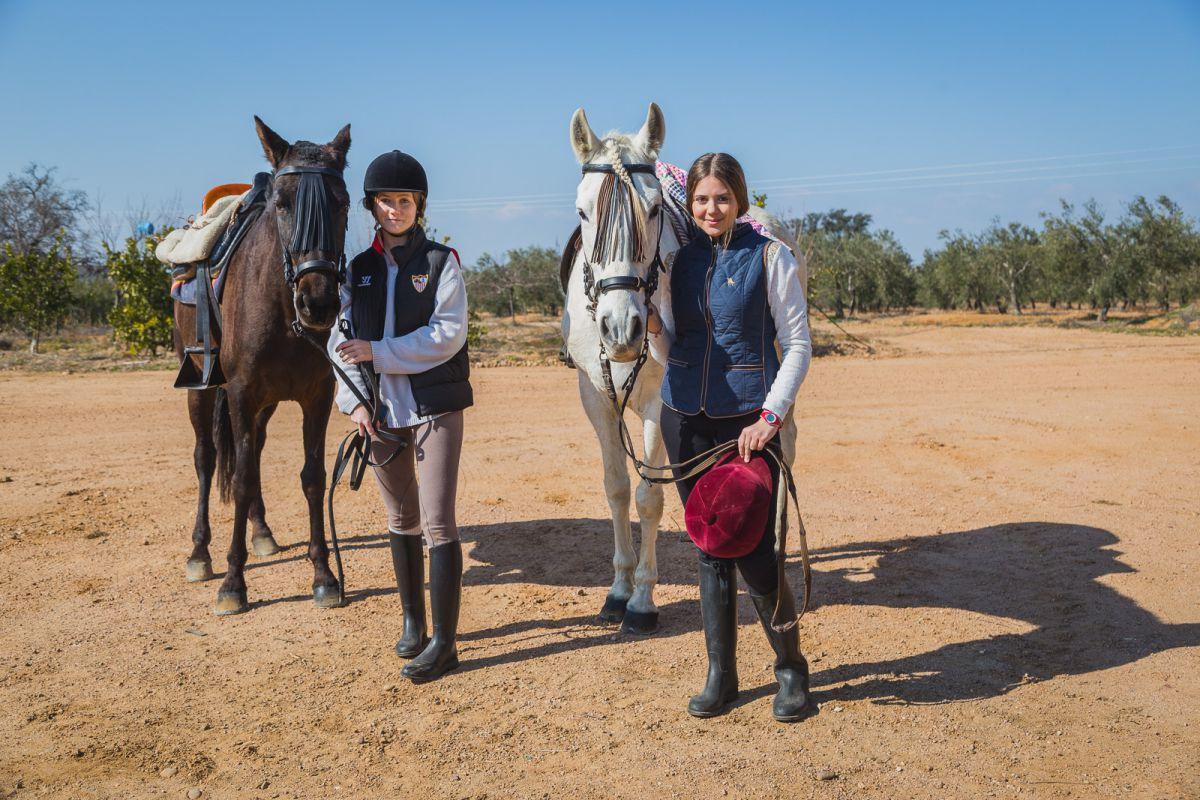 Las chicas desmontan de sus caballos (un pura raza español y un anglohispano) durante la vista a la yeguada.