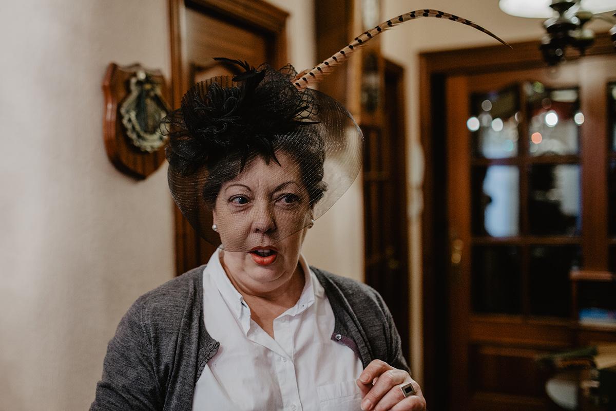 María muestra un sombrero customizado de viuda.
