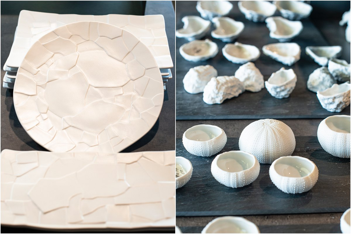 La bandeja rectangular se integró en la mesa más pequeña, con el redondo, pero ocupando menos. A la derecha erizos, semillas de cacao, conchas marinas. La naturaleza inspira.