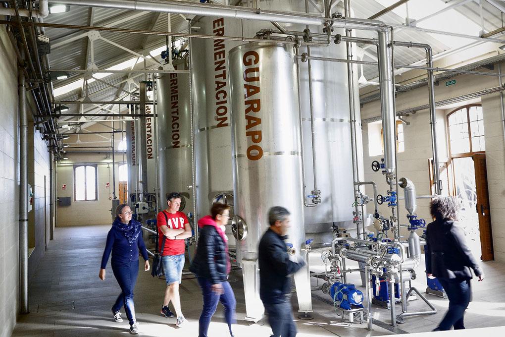 La fermentación del jugo de caña se hace en cuatro depósitos durante 36 horas.