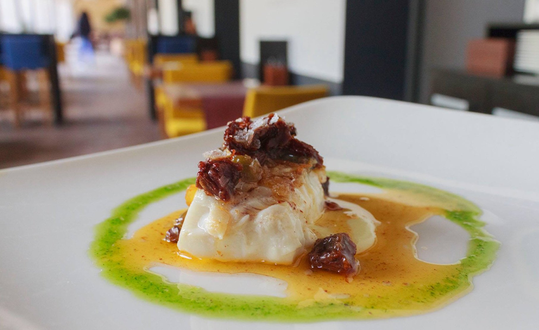 Merluza con tomate seco y pistacho. Foto: Facebook Taberna de Joseba Añorga