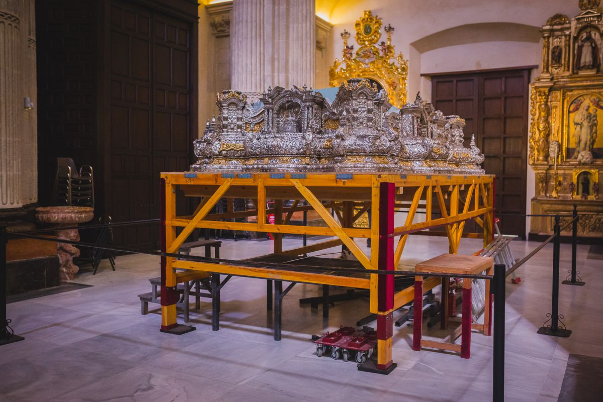 El prodigioso paso de plata del Señor de Pasión espera el fin de su montaje en la iglesia de El Salvador.