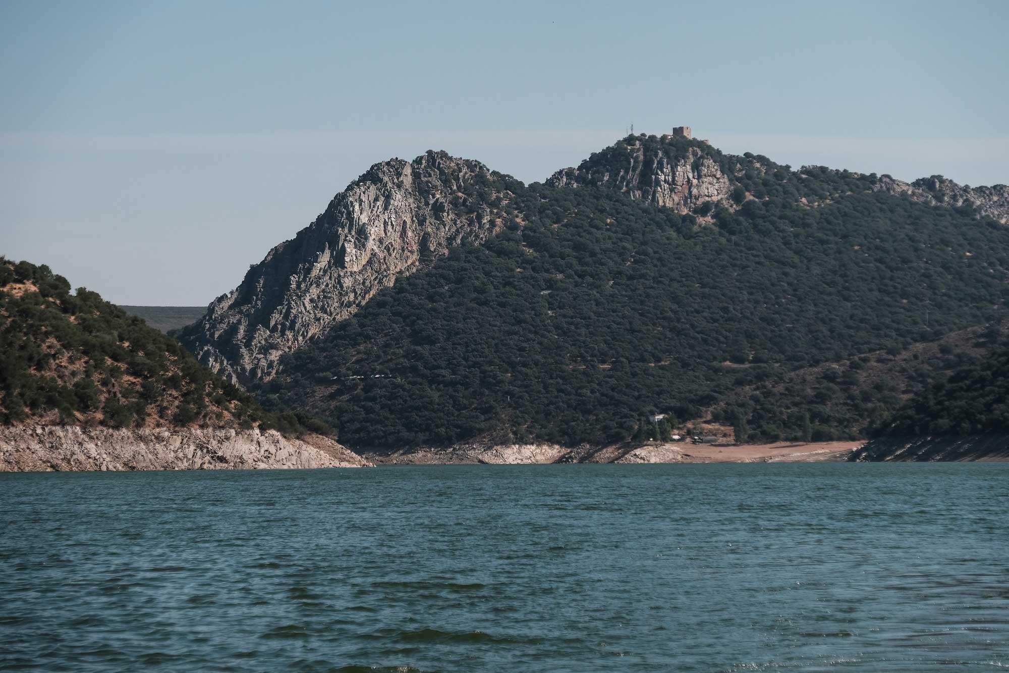 Desde la embarcación se divisan los puntos más importantes del parque: el Salto del Gitano y el Castillo.