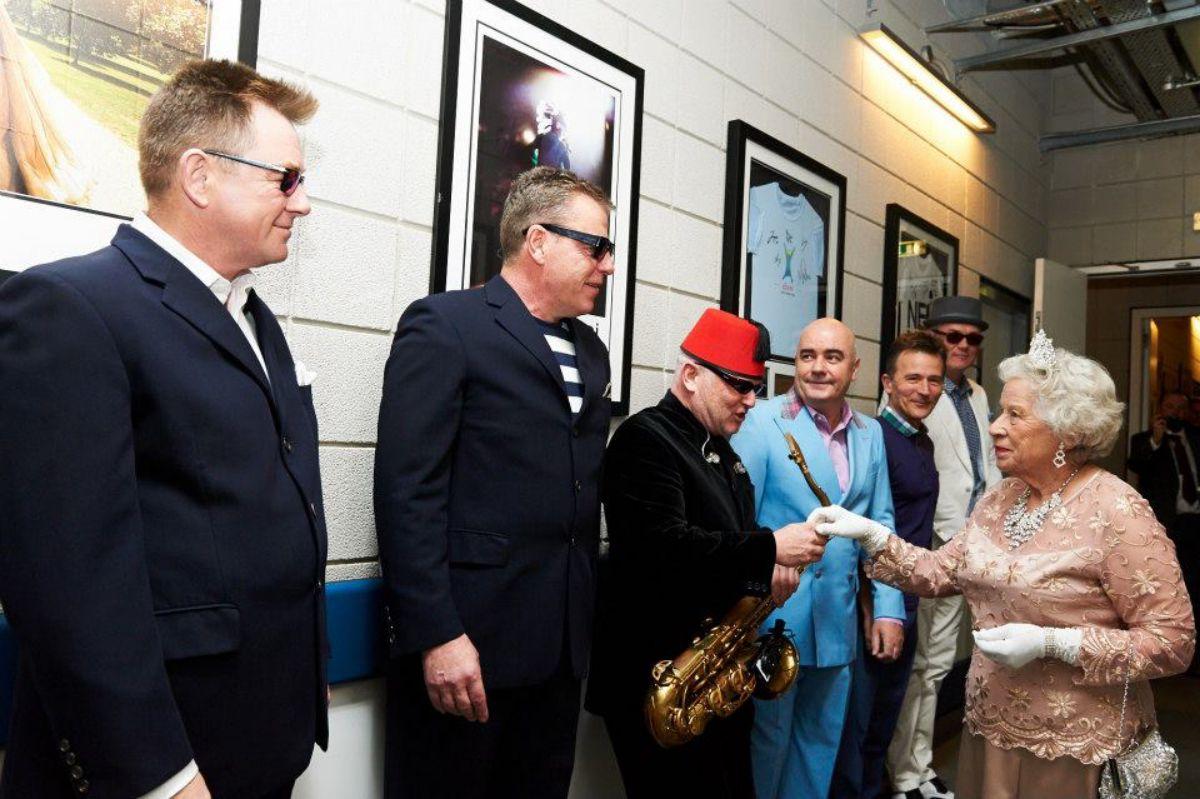 El grupo británico Madness y la Reina en el backstage.