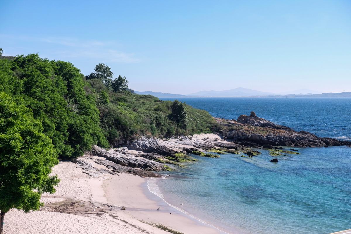 Una playa pequeña y tranquila da la bienvenida en el embarcadero de Ons.