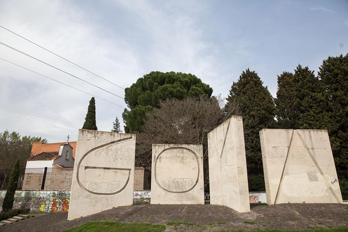 Vistas del exterior del cementerio de La Florida, en Madrid, con monolitos que forman el nombre de Goya.