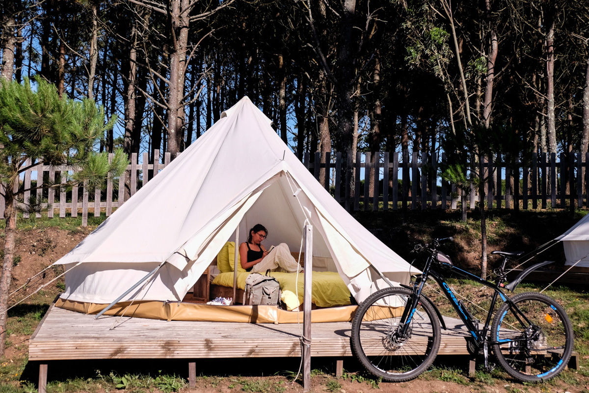 Las tiendas del camping autosostenible de la isla están equipadas con cama.