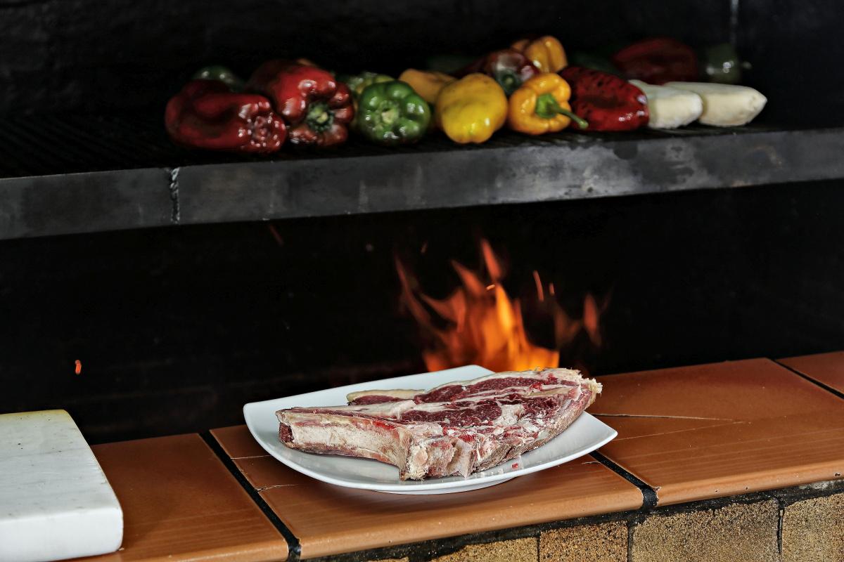 La parrilla que meneja con maestría Isidro y donde experimenta con tiempos y maderas.