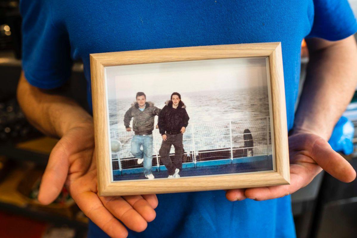 Mikele y Brian en una foto de recuerdo cuando tomaron el ferry para salir de Italia e iniciar su sueño de montar una pizzería juntos.