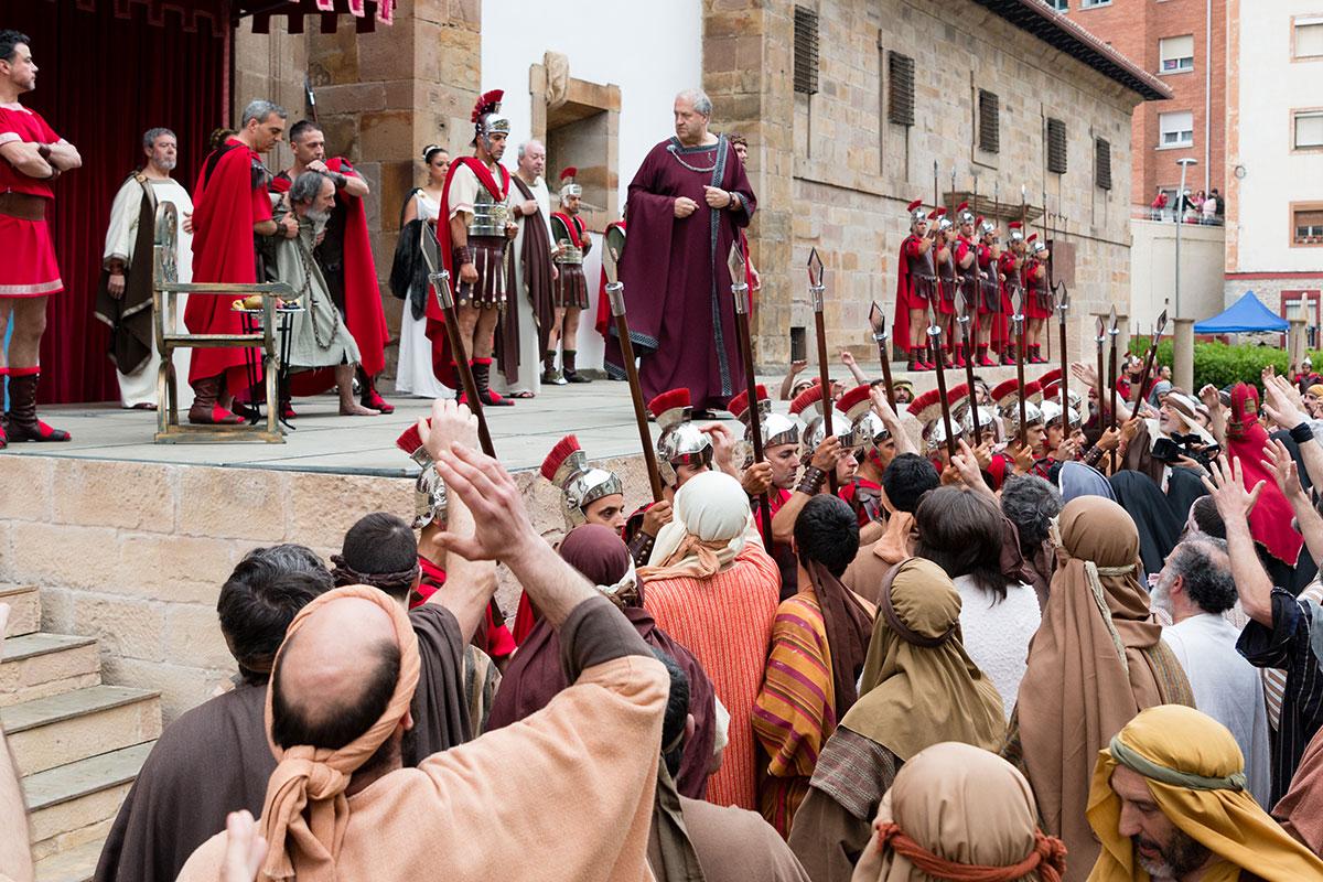 El pueblo participando en uno de los momentos del viacrucis de Cristo. Foto: Asociación Vía Crucis Balmaseda