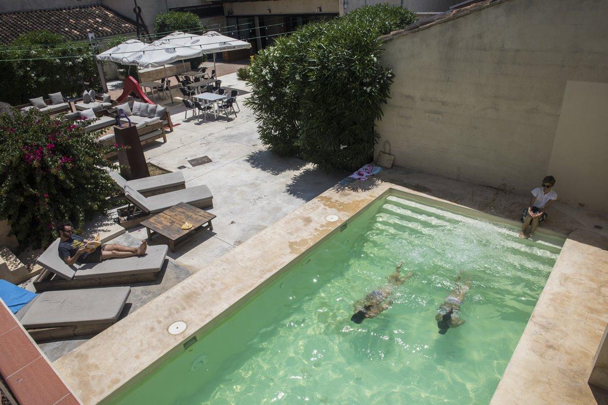 'La Alquería de Vilches' cuenta con un patio con una terraza perfecta para descansar.