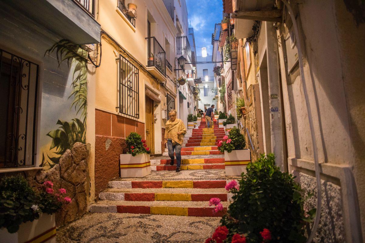 La calle Puchalt del centro histórico de Calpe, Alicante.