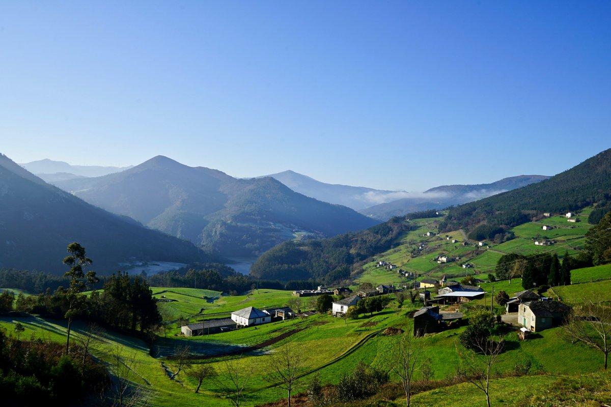 El pueblo de Serandinas se encuentra en la ladera junto al embalse de Arbón.