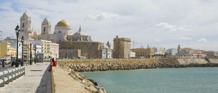 Aunque parezca La Habana, es el paseo marítimo de Cádiz.