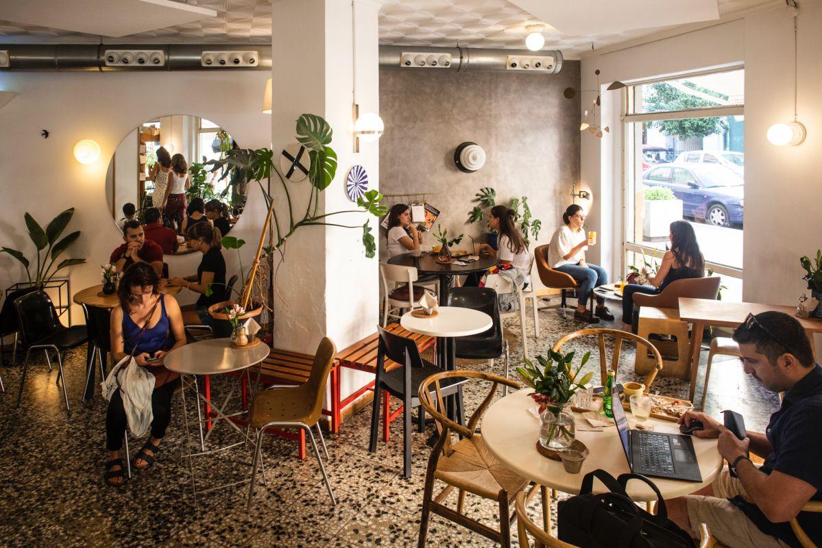 Los muebles de estilo 'vintage', amplios ventanales y ambiente informal atraen a una clientela creativa y alternativa.