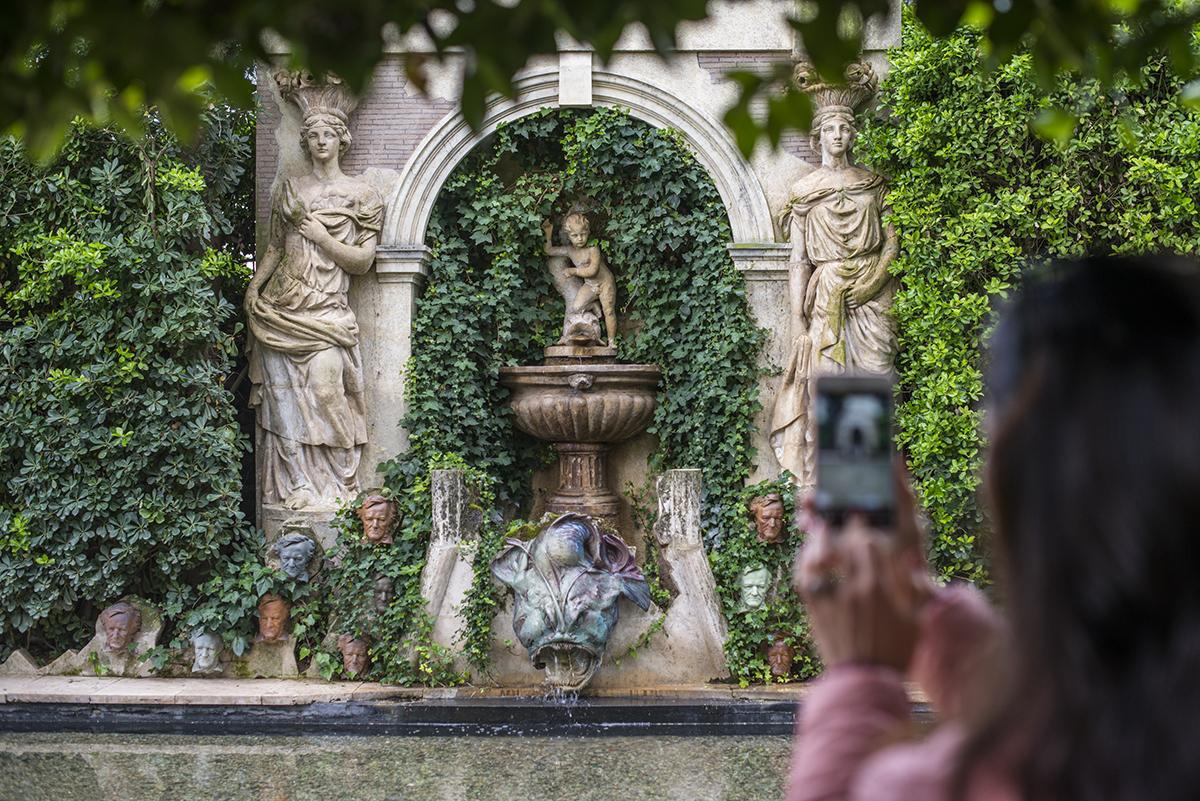 La fuente al final del jardín, rodeada por las cabezas de Wagner.