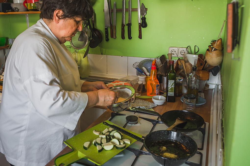 Rosa Tovar cocinando.