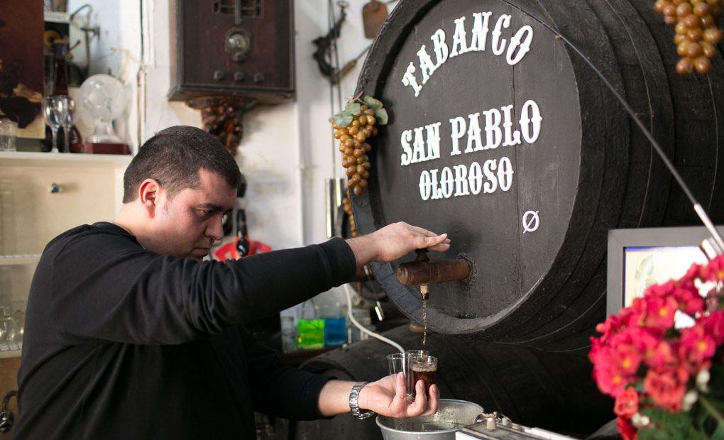 Para ser tabanco, hay que servir el vino a granel.