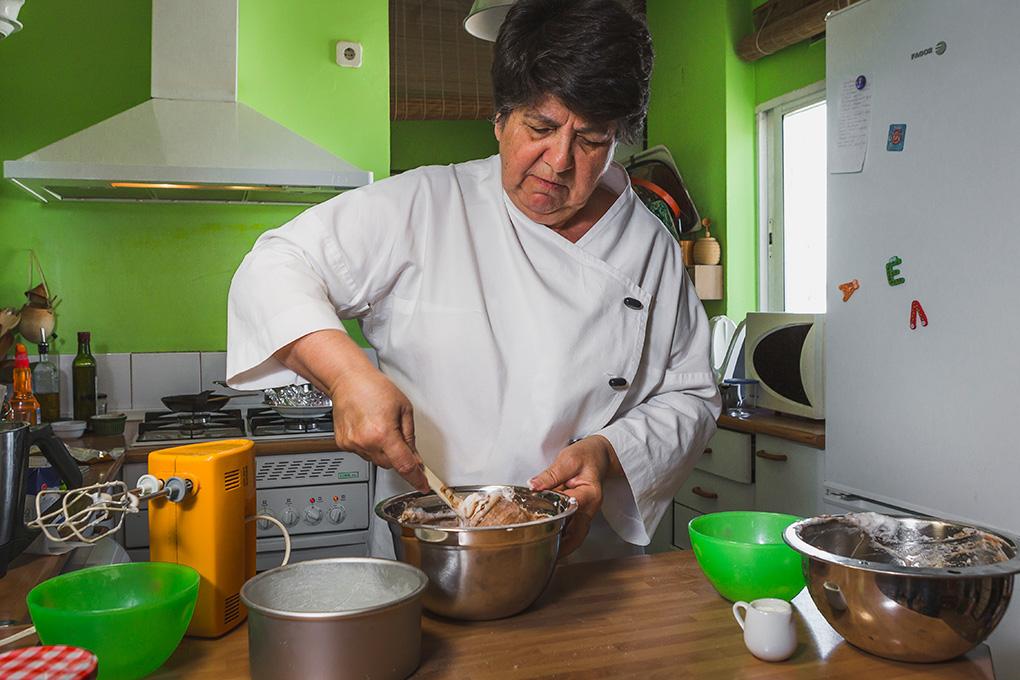 Rosa Tovar elaborando la tarta.