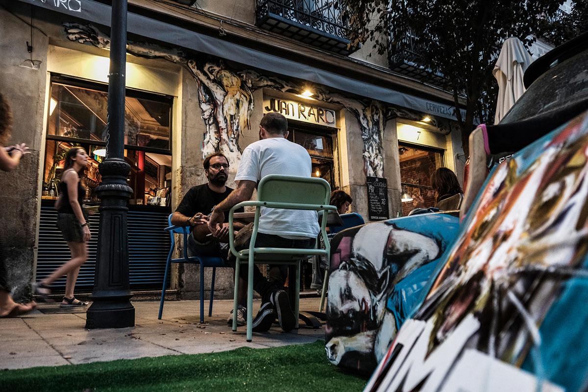 La terraza del local con el fachada al fondo pintada por el artista Ze Carrión.