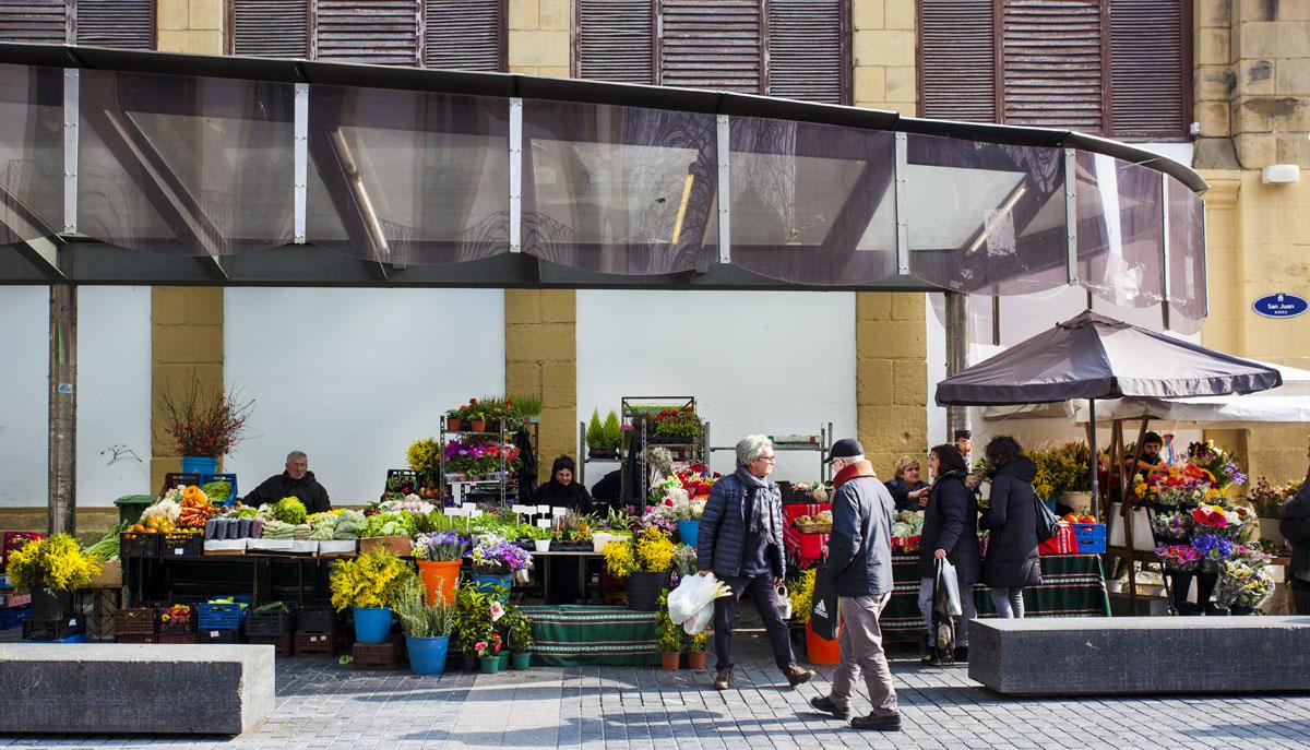 Una vista de 'las caseras', los puestos exteriores del mercado.