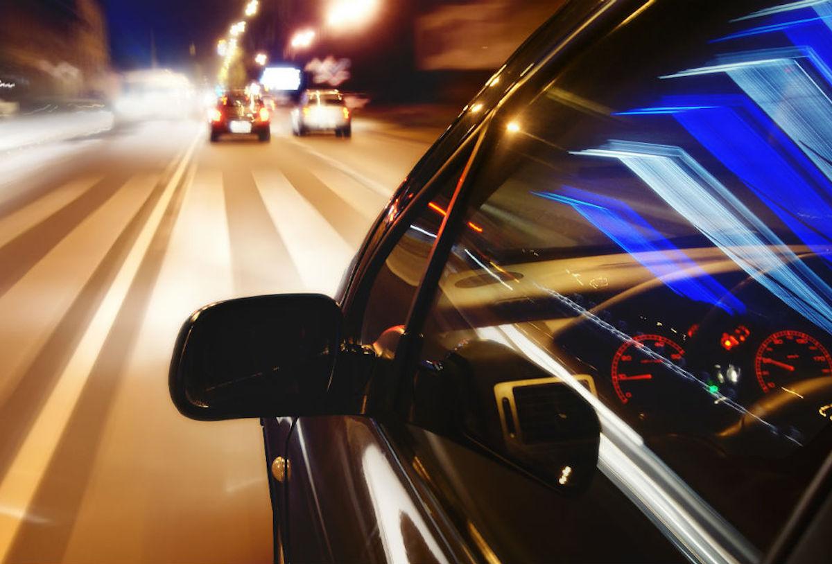 Conducir de noche correctamente.