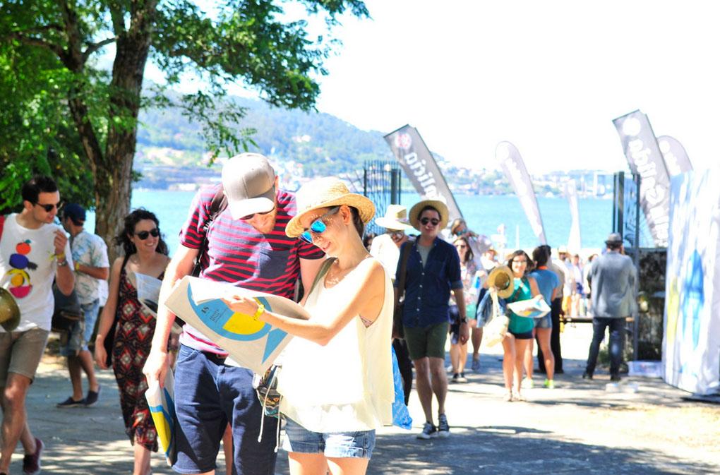 La cita tiene lugar en un marco incomparable: una pequeña isla de la ría de Vigo. Foto: Web SinSal.