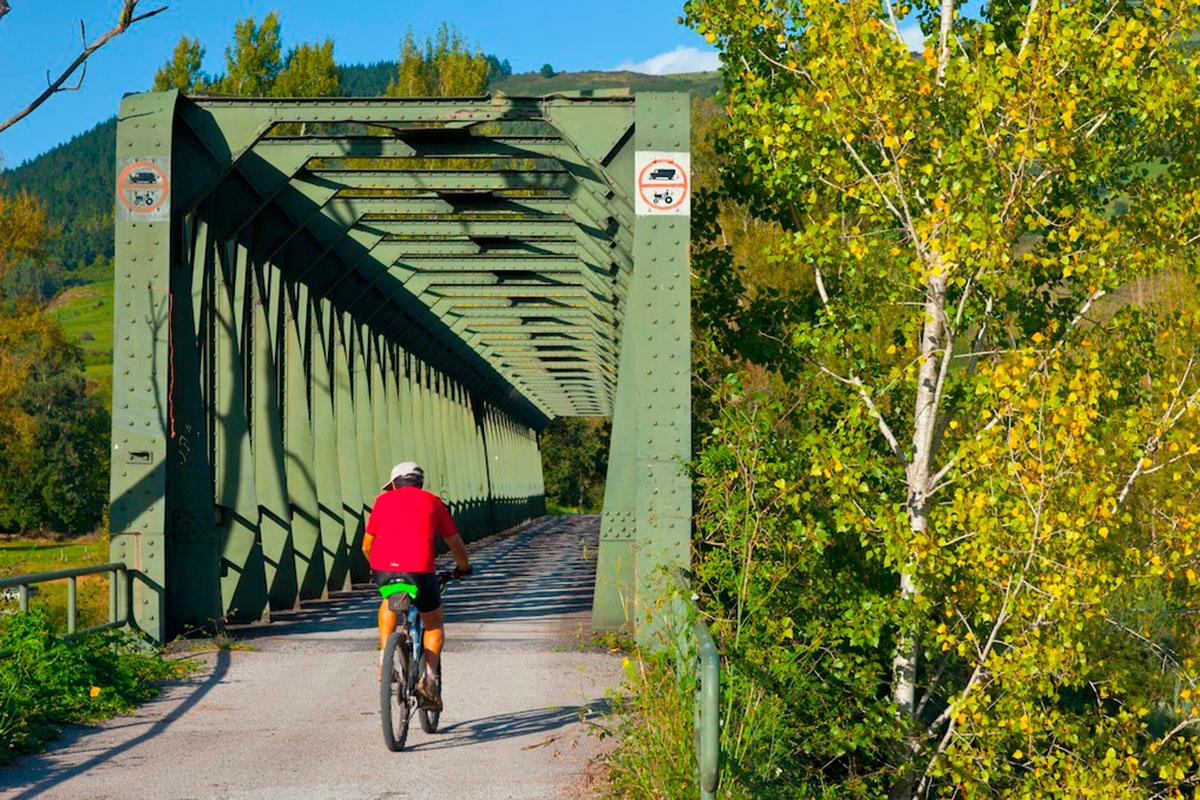 Atravesar el puente de San Martín de Toranzo, otra aventura en el camino.