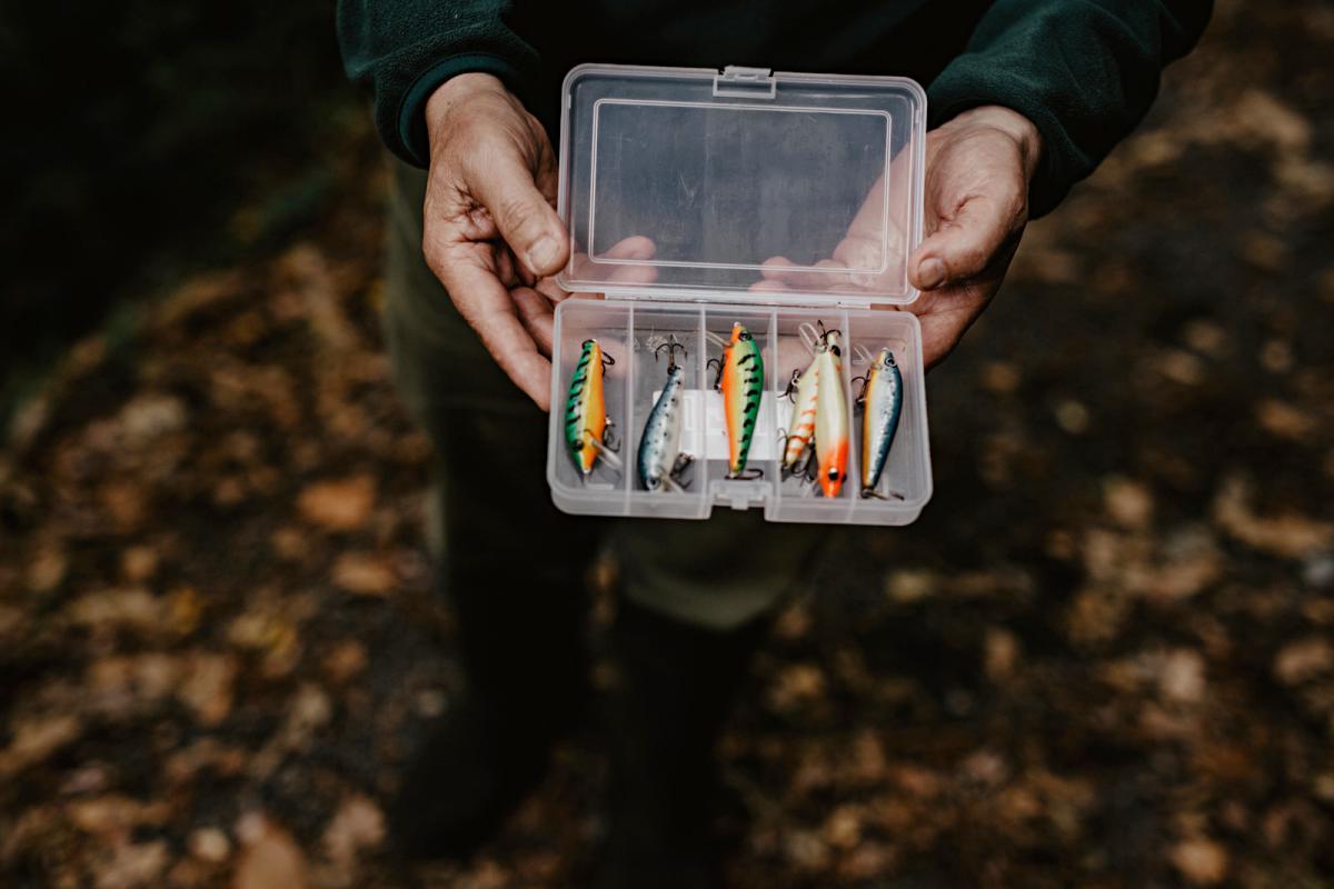 Alberto nos muestra sus anzuelos artesanos. Puede hacer 25 peces en 15 días.