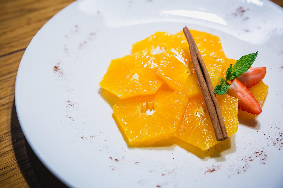 El postre final del menú de 'El Burladero' es una ensalada de naranjas sevillanas.