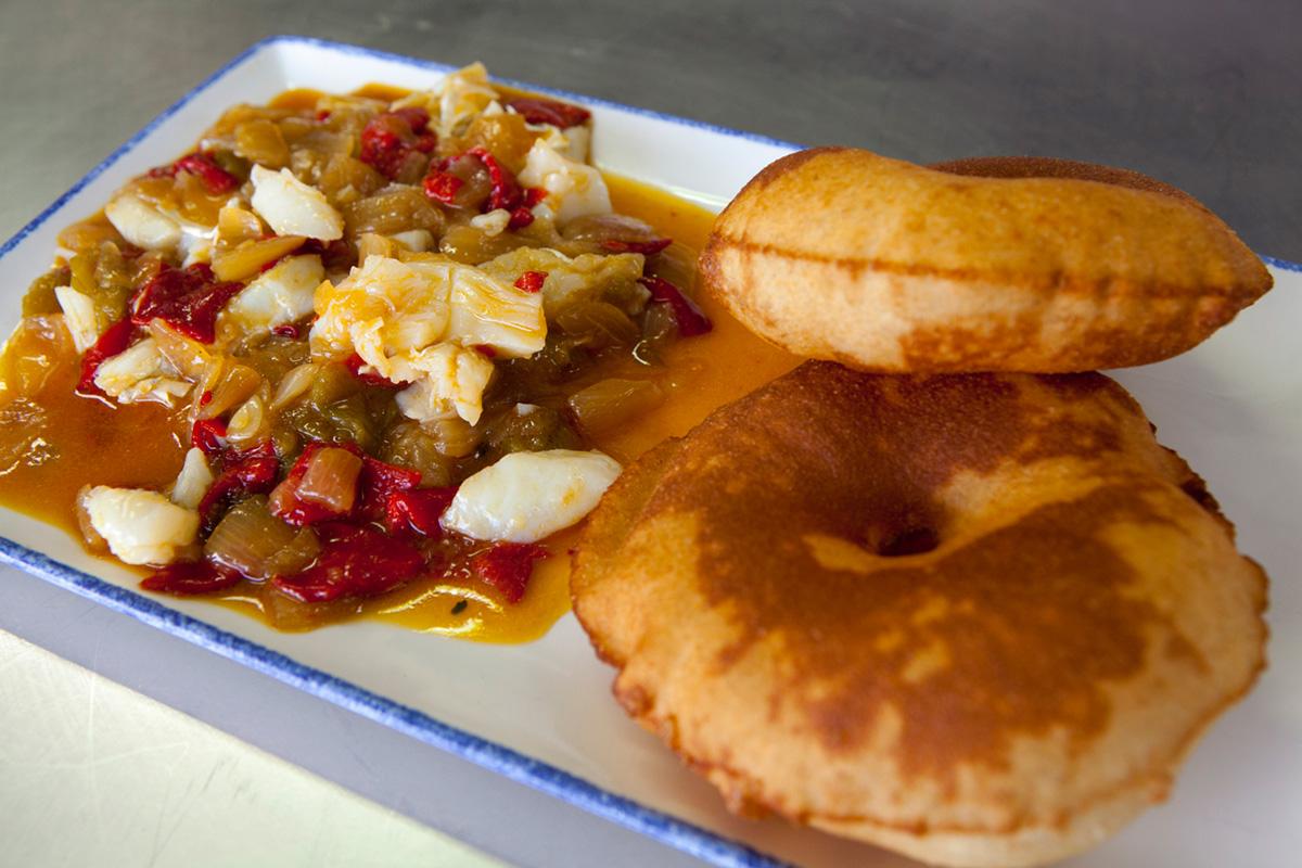 Los tortos, pan de maíz frito, con el revuelto de bacalao de Manolo, un lujo.