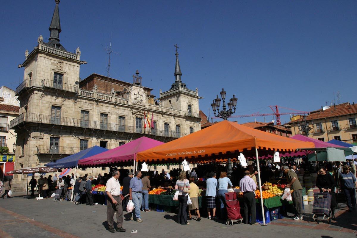 Mercado en la Plaza Mayor. Foto: Ayuntamiento de León.