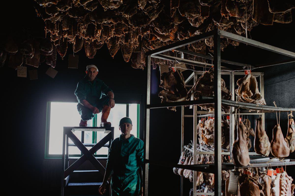 En 'Cárnicas Anzo' se despiezan cuarenta cerdos a la semana.