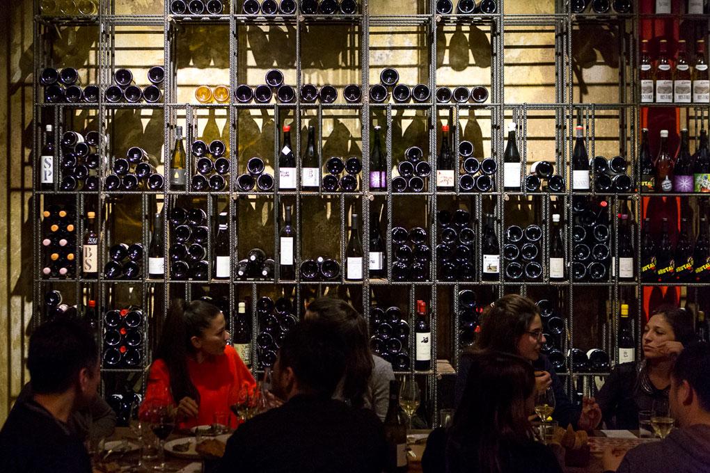 El 'Bar Brutal' cuenta con más de 600 referencias de vinos.