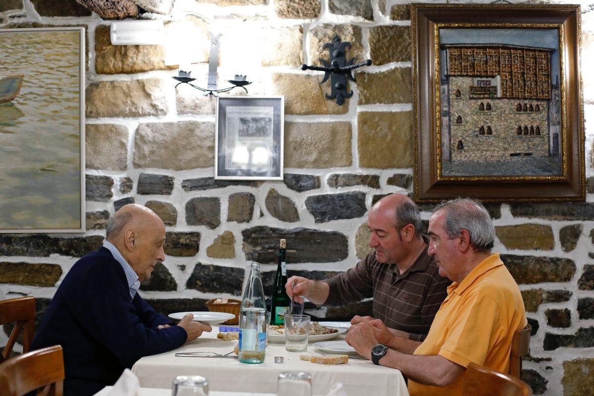 Unos clientes comen en el Bodegón Joxe Mari, en Orio, un besugo a la parrilla al estilo Orio.