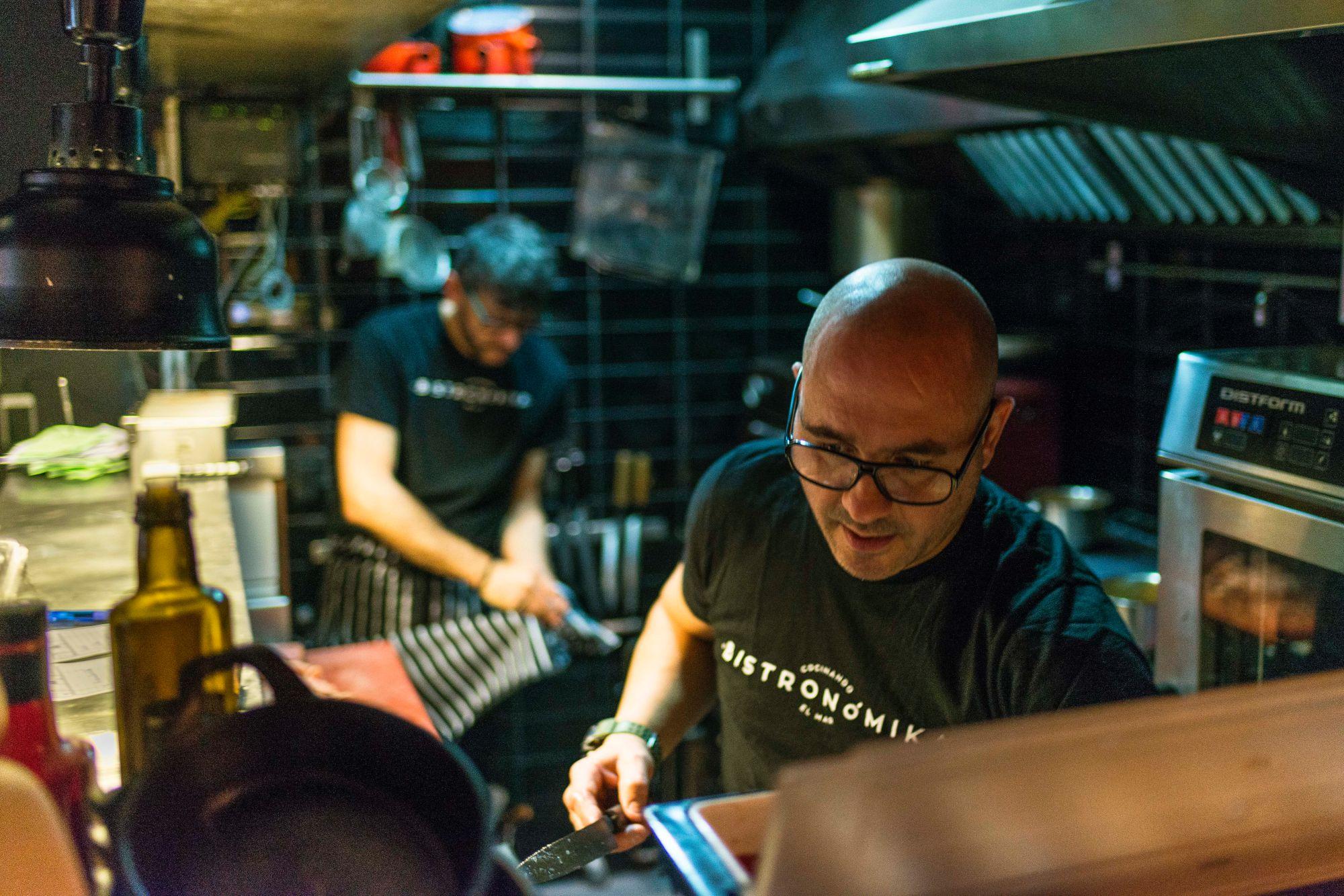 Además de los pescados a la parrilla, en la cocina de 'Bistronómika' se preparan muchos platos de cuchara.